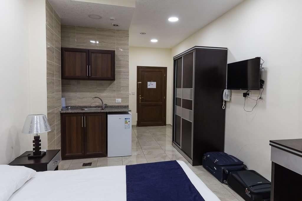 Área de cocina de la habitación del 7 Boys Hotel en Amman, Jordania