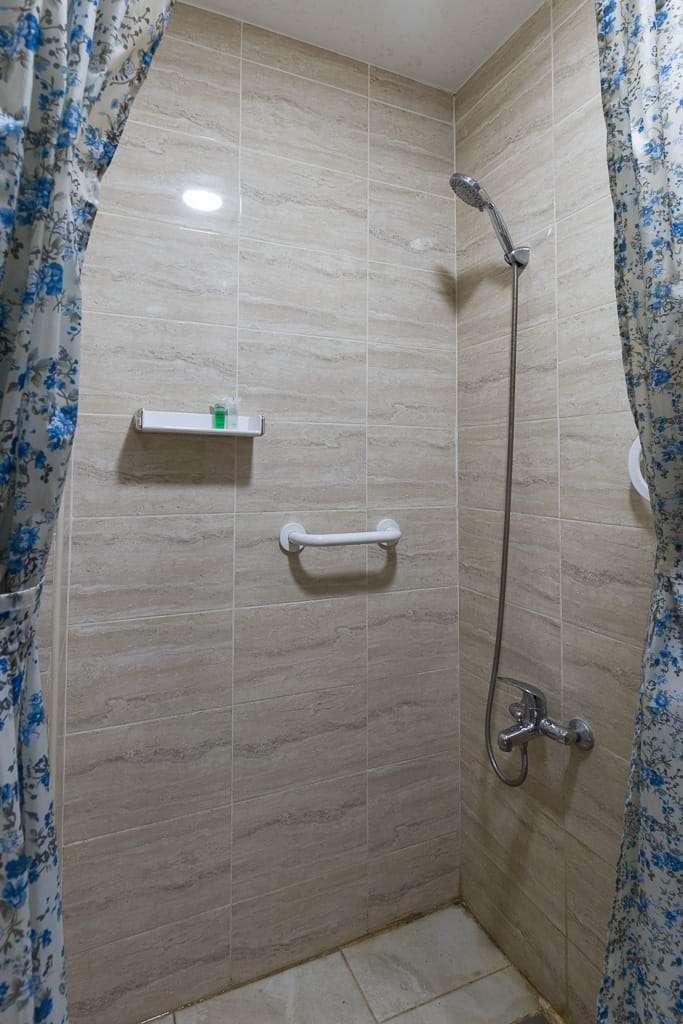 Ducha de la habitación del hotel 7boys en Amman, Jordania