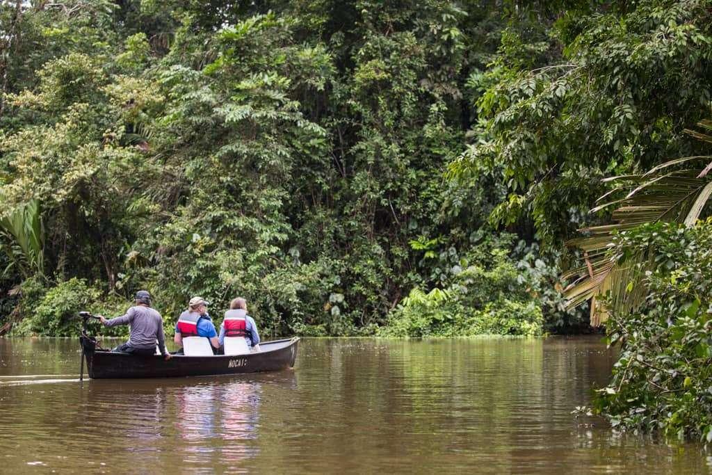Barca en los canales de Tortuguero, Costa Rica