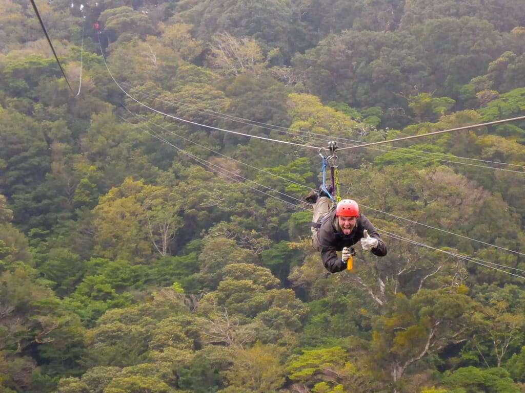 Haciendo canopy en Costa Rica