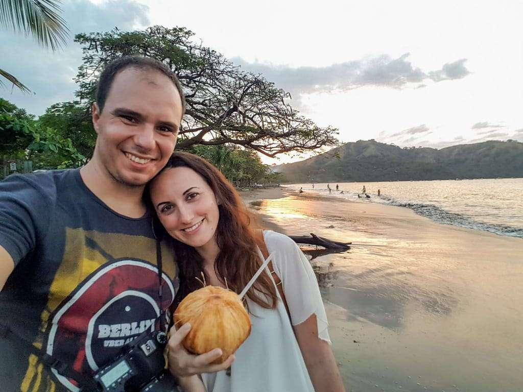 Tomándonos un coco fresco en las playas de Costa Rica