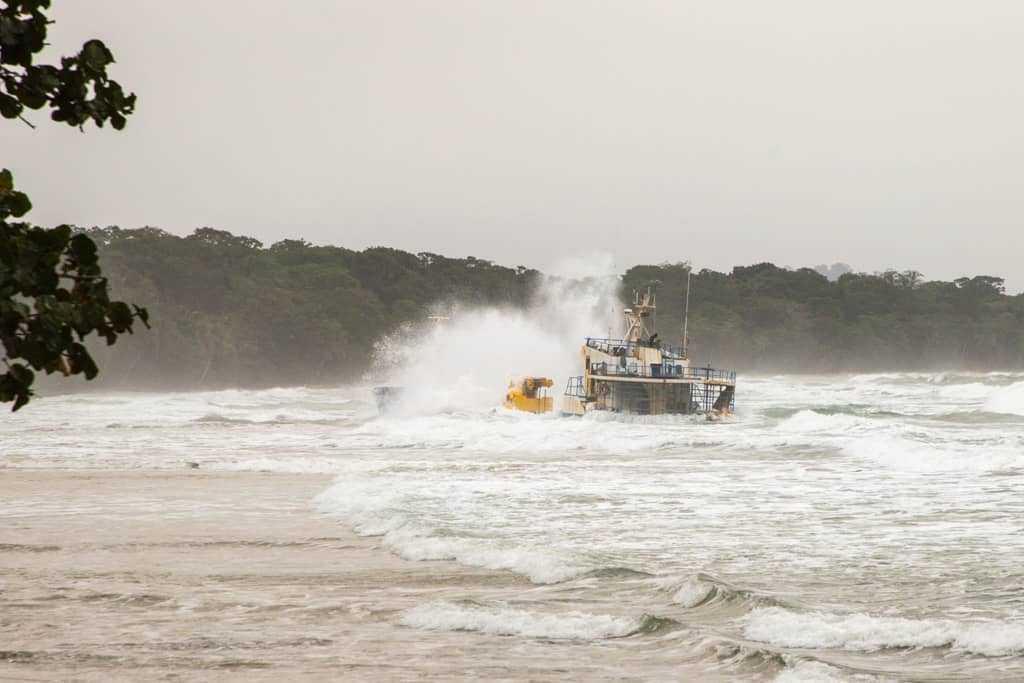 Mar embravecido a causa de un temporal en Cahuita, Costa Rica