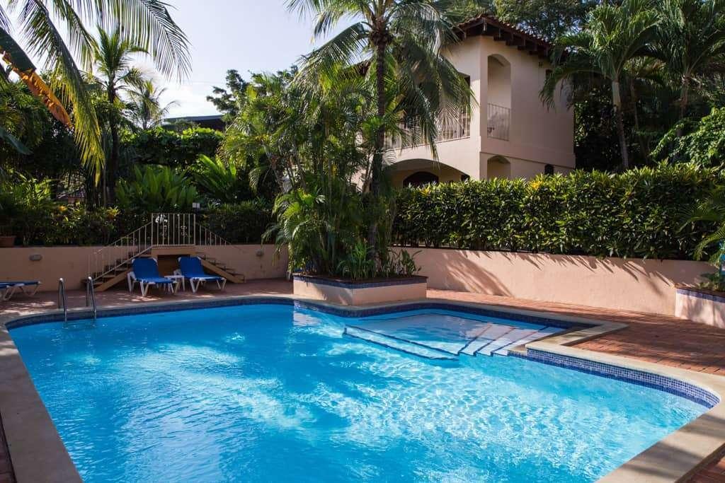 Piscina del hotel Villa del Sueño en playa Hermosa, Guanacaste, Costa Rica