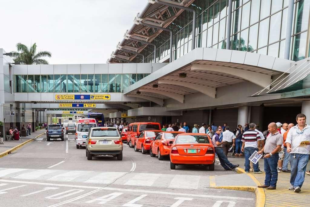 Taxis en el aeropuerto internacional Juan Santamaría cerca de San José, Costa Rica