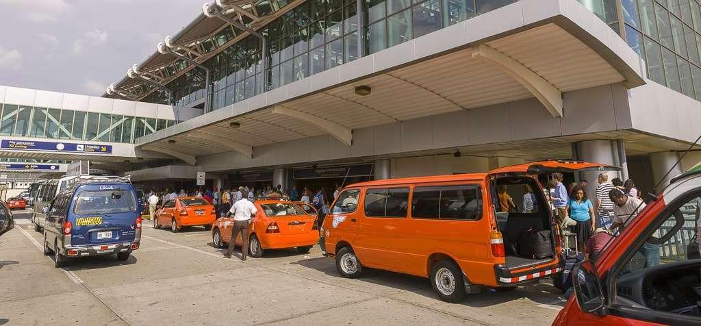 Taxis naranjas del Aeropuerto Internacional Juan Santamaría de San José