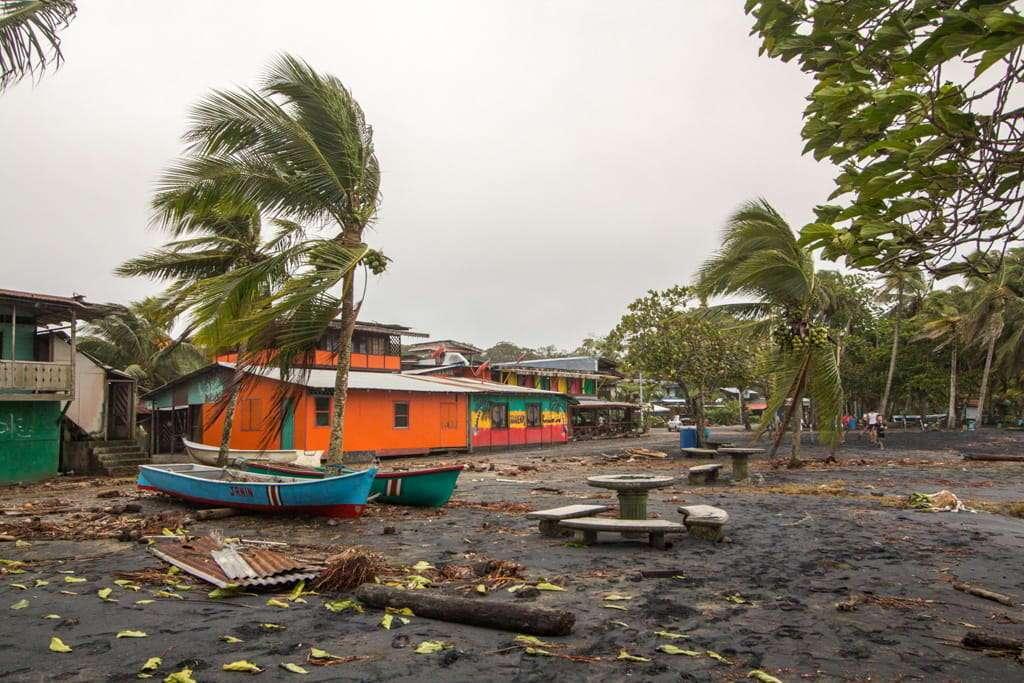 Un temporal azotando Cahuita, Costa del Caribe, Costa Rica