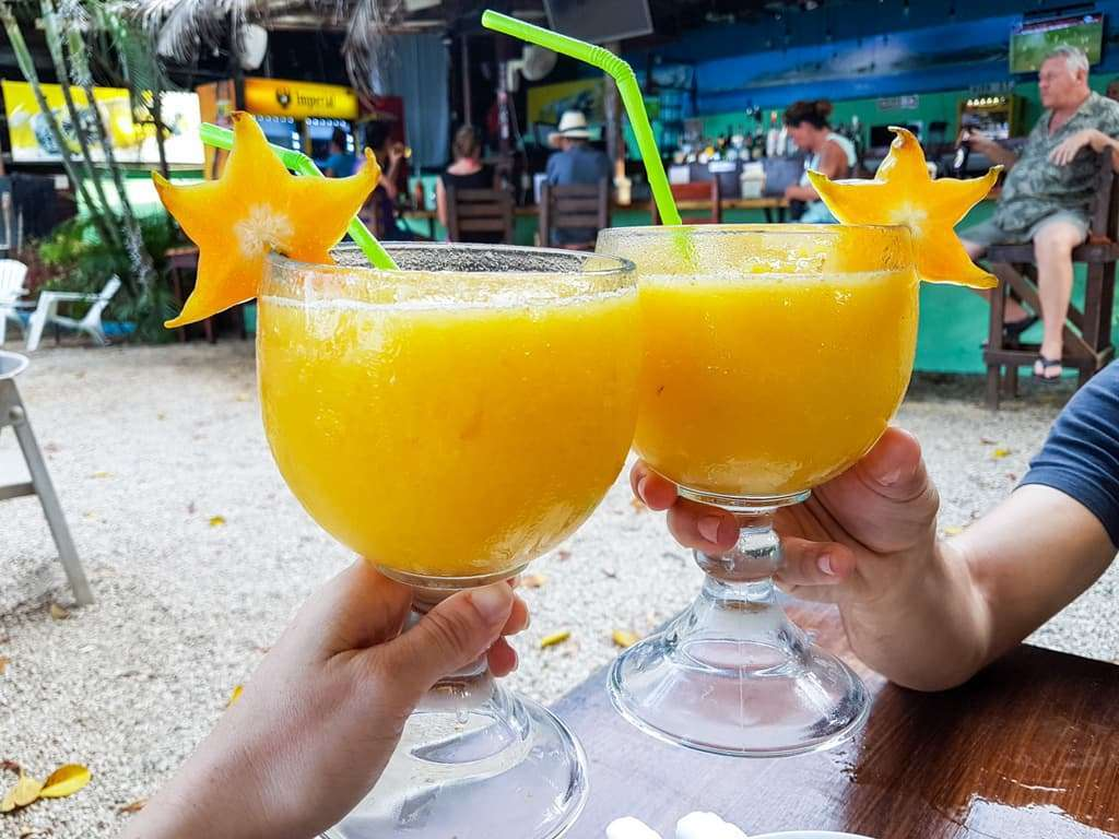 Tomando un zumo de mango playas del Coco, Costa Rica