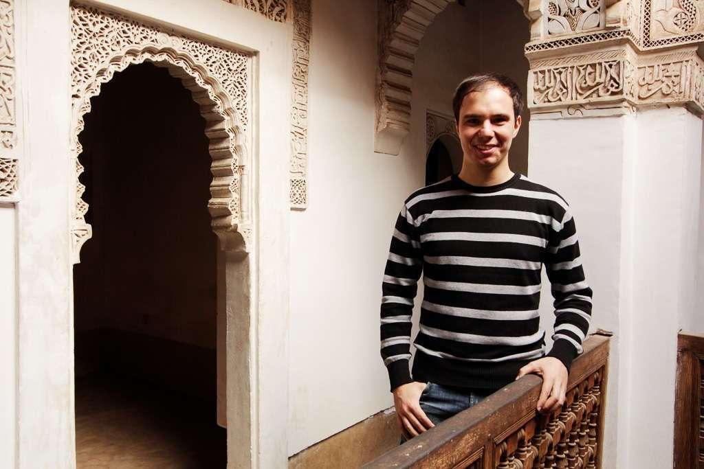 Alberto en un balcón de la Madrasa Ali Ben Youssef