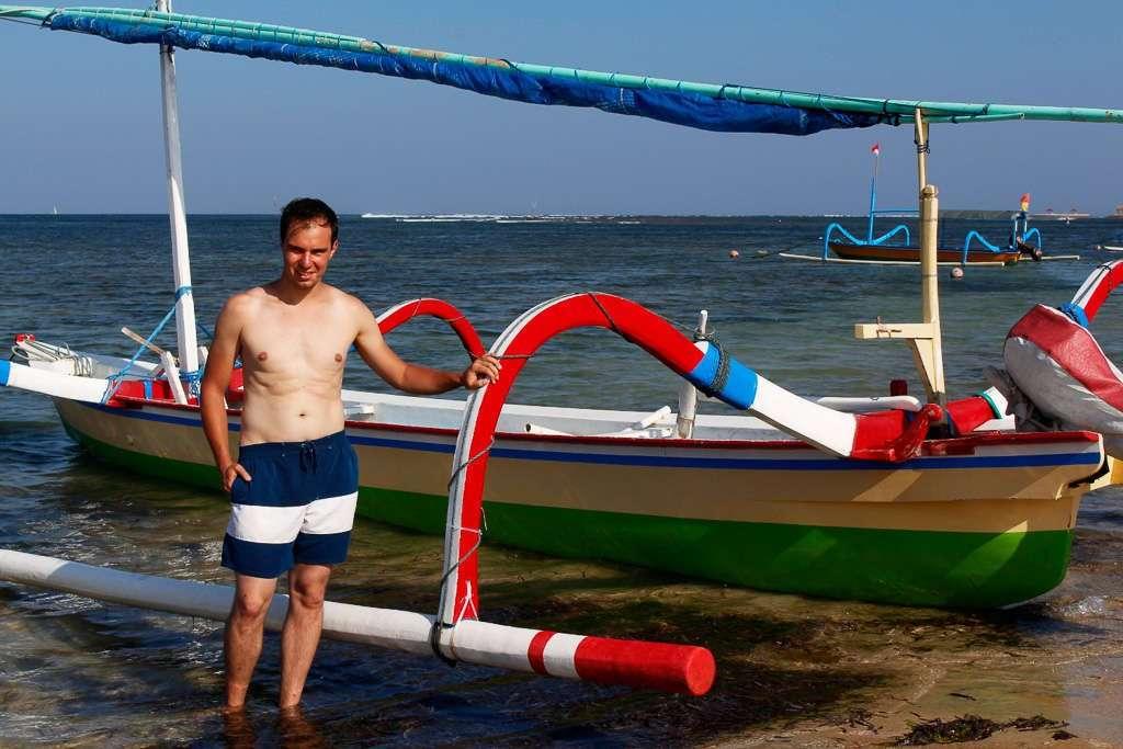 Delante de una barca de pescadores en Sanur Beach (Bali)