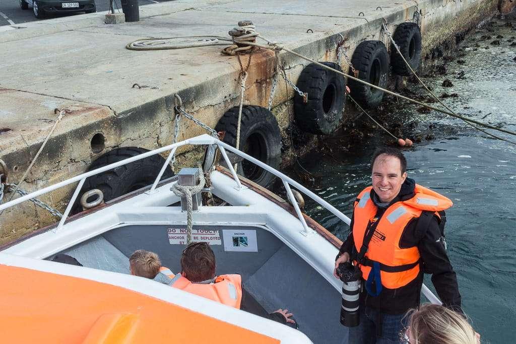 Alberto en la proa del barco en Hermanus, Sudáfrica