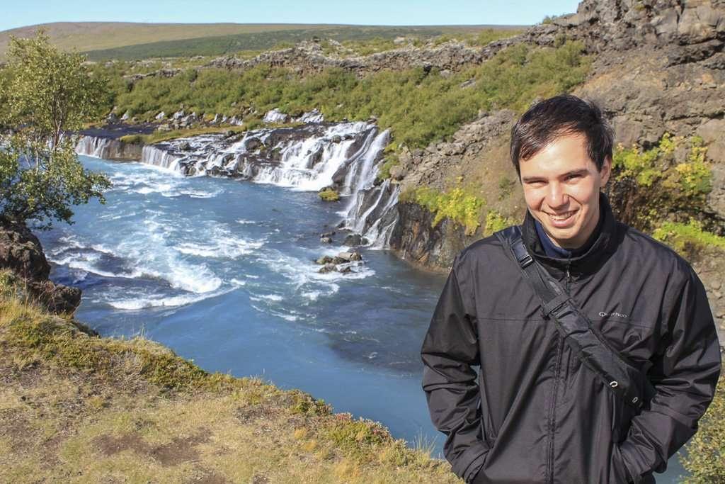 Alberto frente a la cascada Hraunfossar