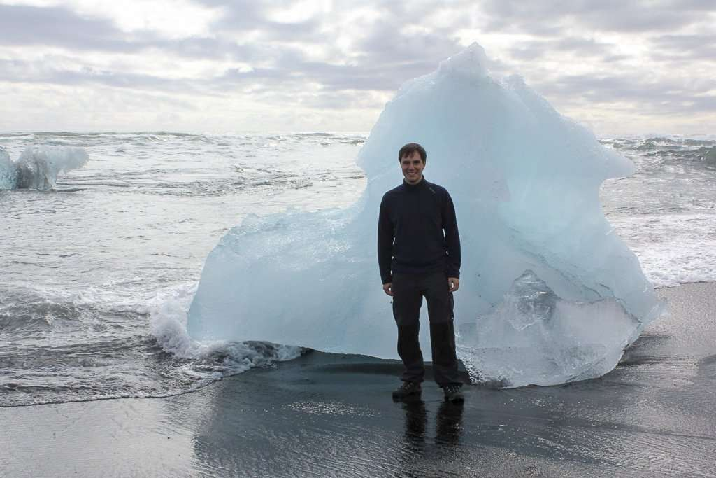 Alberto frente a un iceberg en Diamond beach