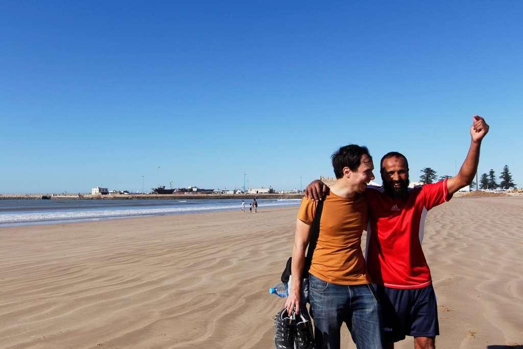 Alberto con un jugador de fútbol playa