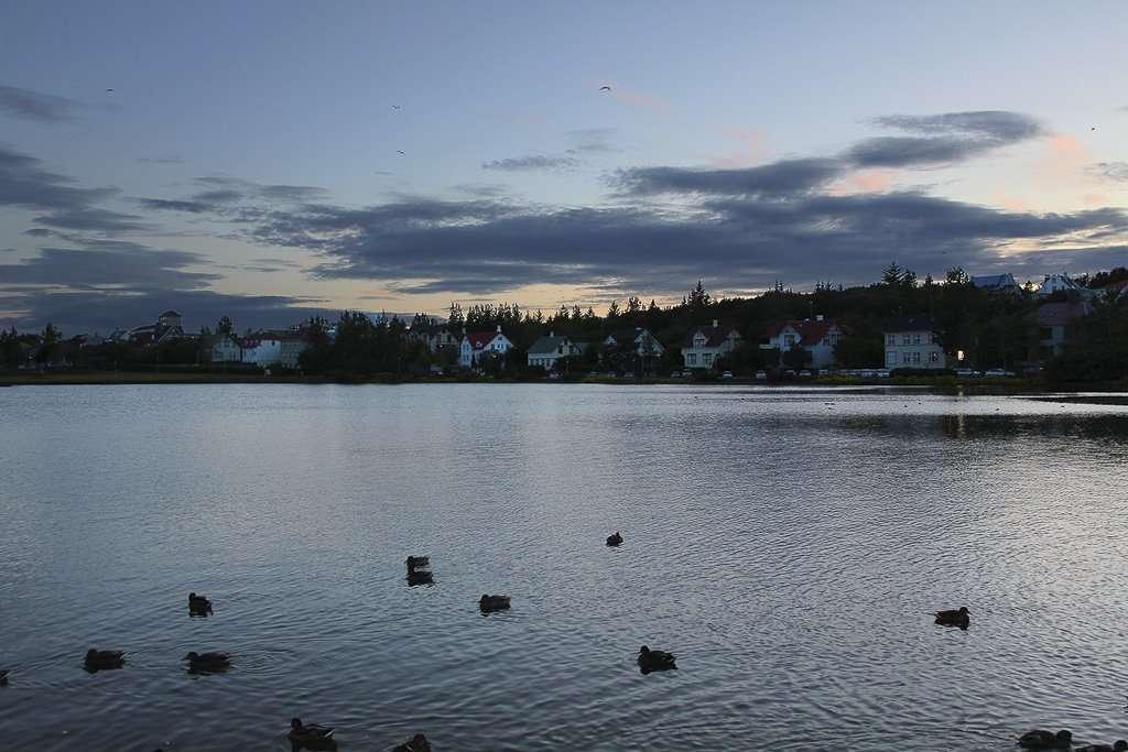 Atardecer junto al lago Tjörnin en Reikiavik