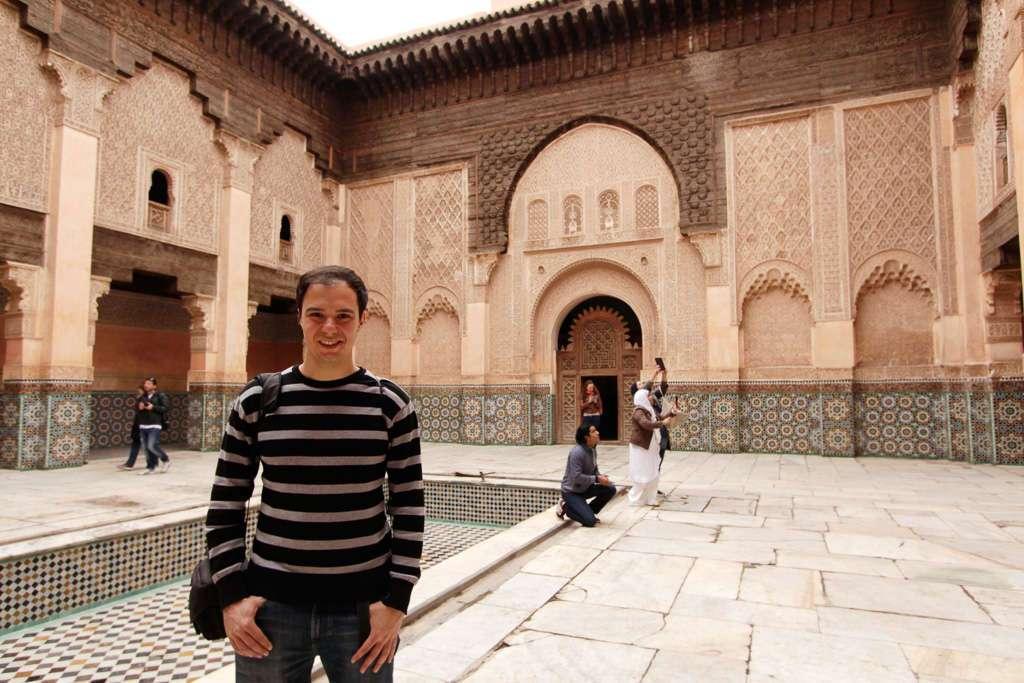 Alberto en el patio interior de la Madrasa Ali Ben Youssef