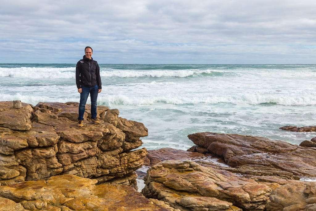 En las rocas de Scarborough Beach, Península del Cabo, Sudáfrica