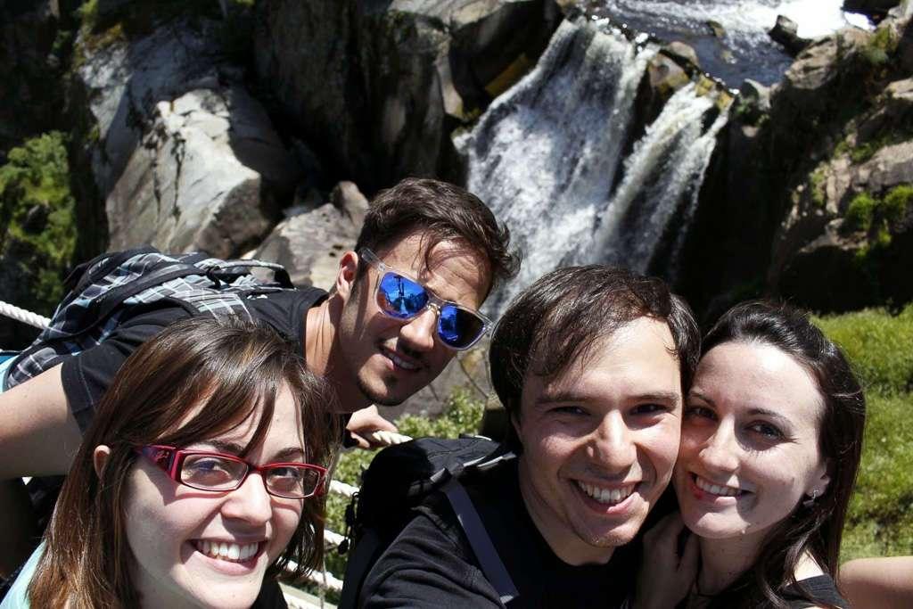 Selfie con la cascada al fondo