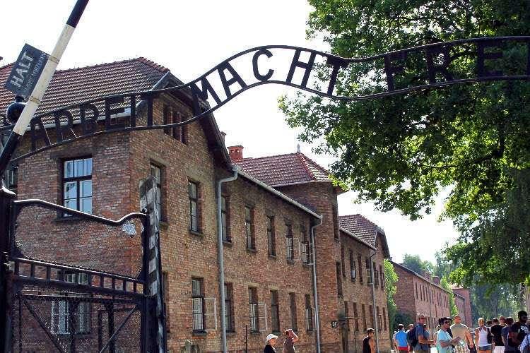 Arbeit macht frei, el lema del Campo de concentración de Auschwitz