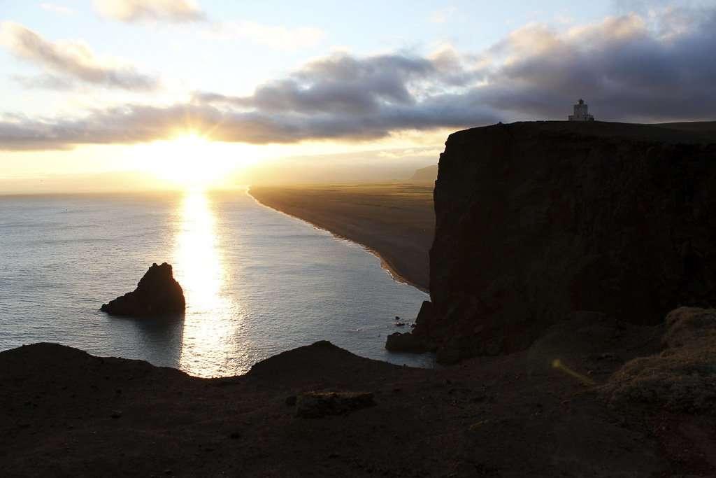 Las playas de arena negra y el faro Dyrhólaey en Islandia