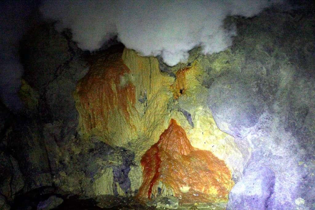 Azufre en el volcán Ijen
