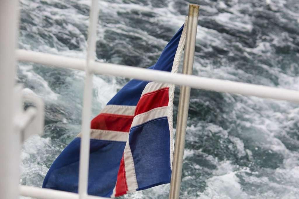 Bandera de Islandia en el barco de Husavík