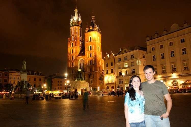 Plaza del Mercado de Cracovia con la Basílica de Santa María al fondo