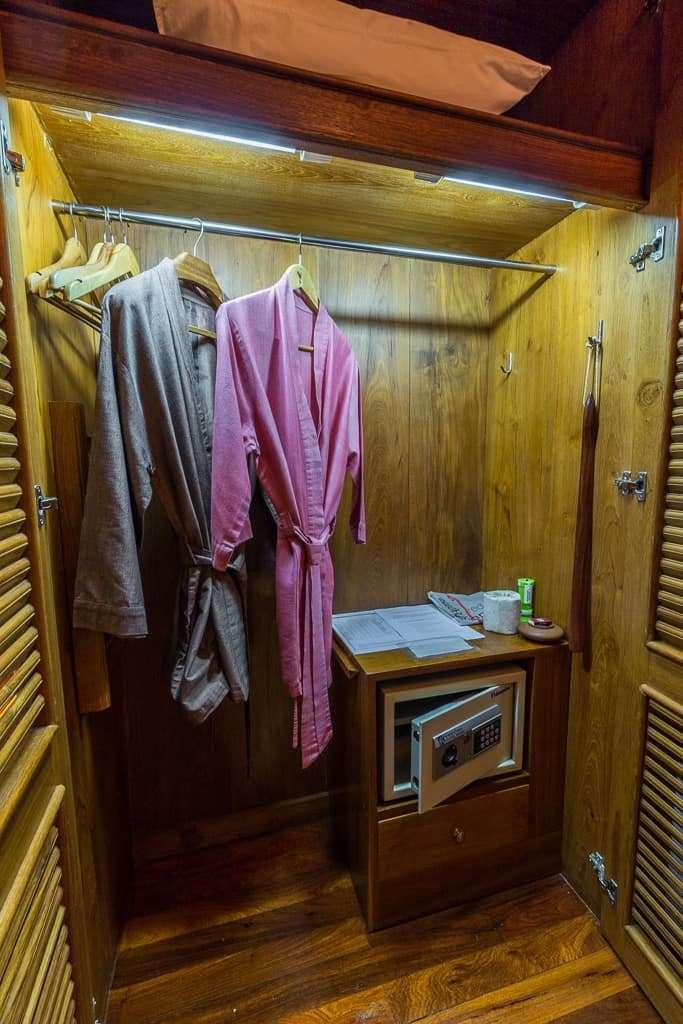 Armario y batas de la habitación Rakhine del Hotel by the Red Canal, Mandalay