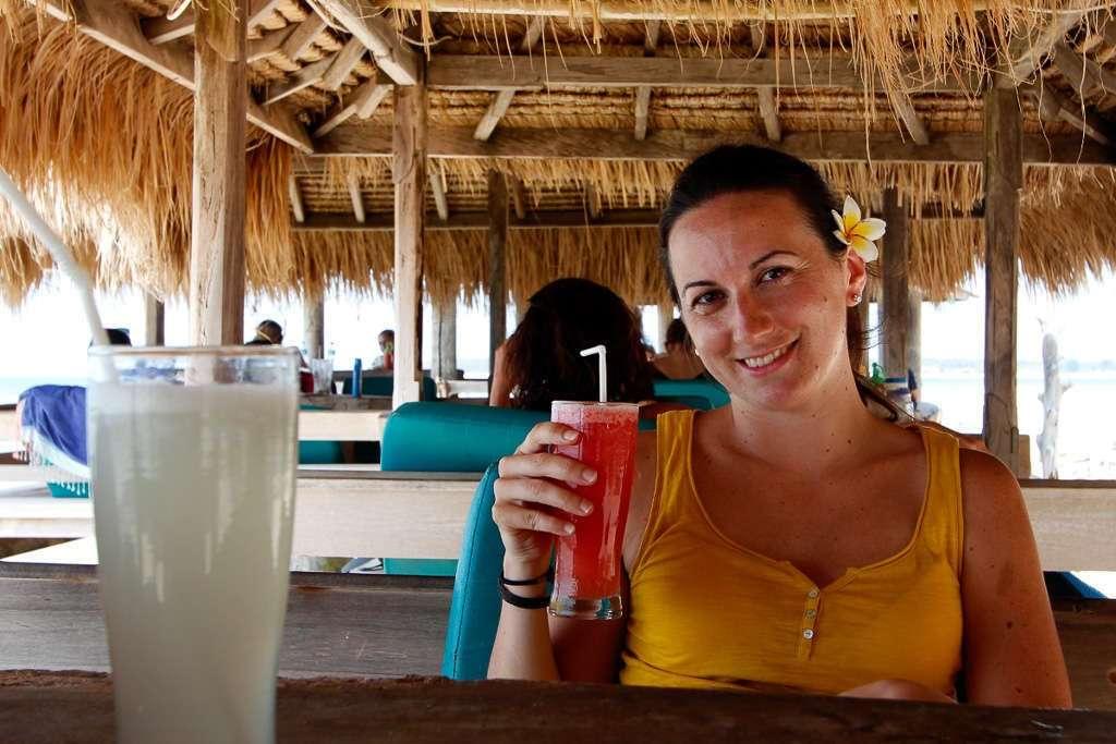 Tomando un zumo de frutas en unos bungalows de Gili Trawangan