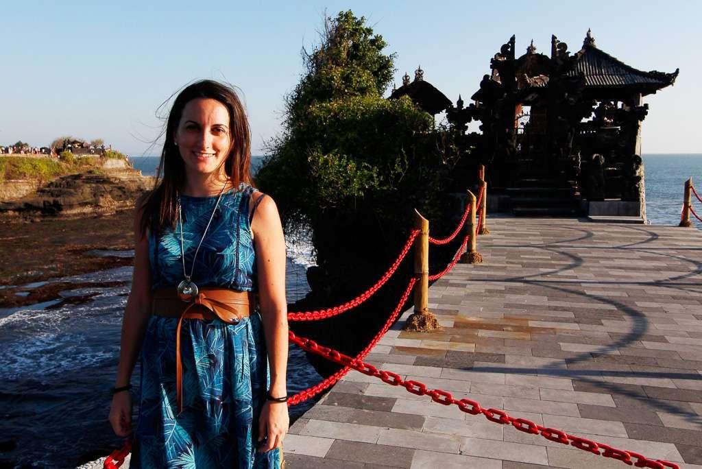 Lena frente a Batu Bolong (Bali)
