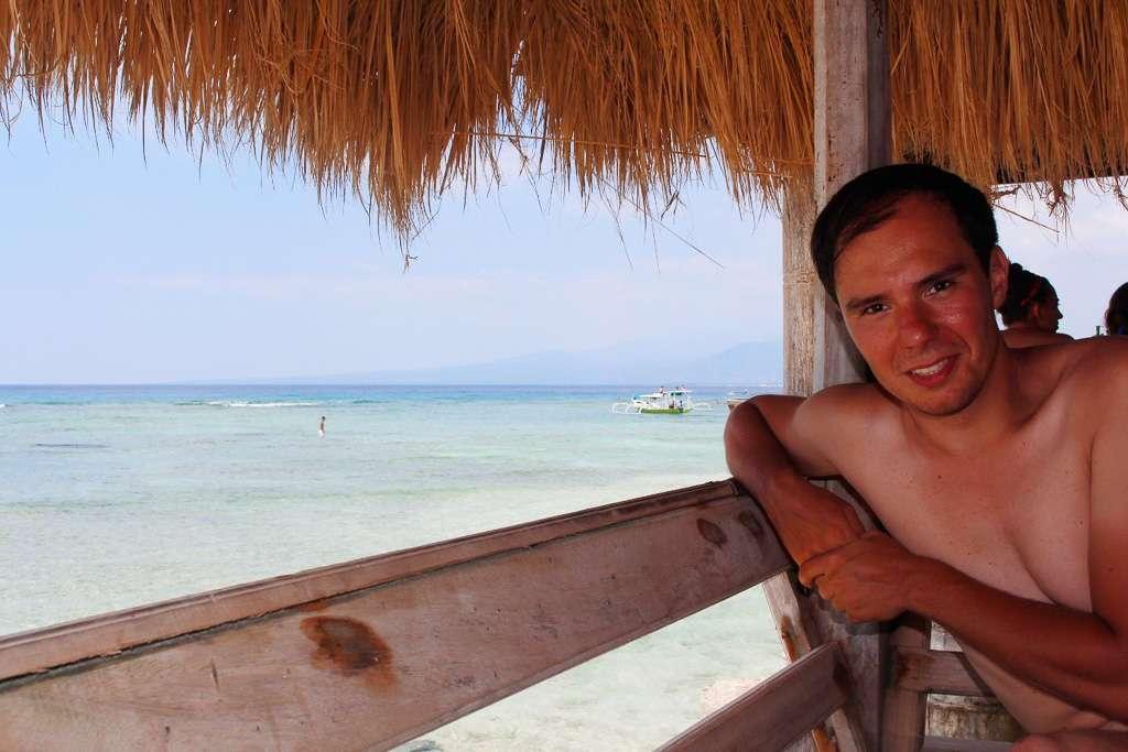 Alberto en una cabaña del restaurante Coral Beach Pizza Cottage de Gili Trawangan
