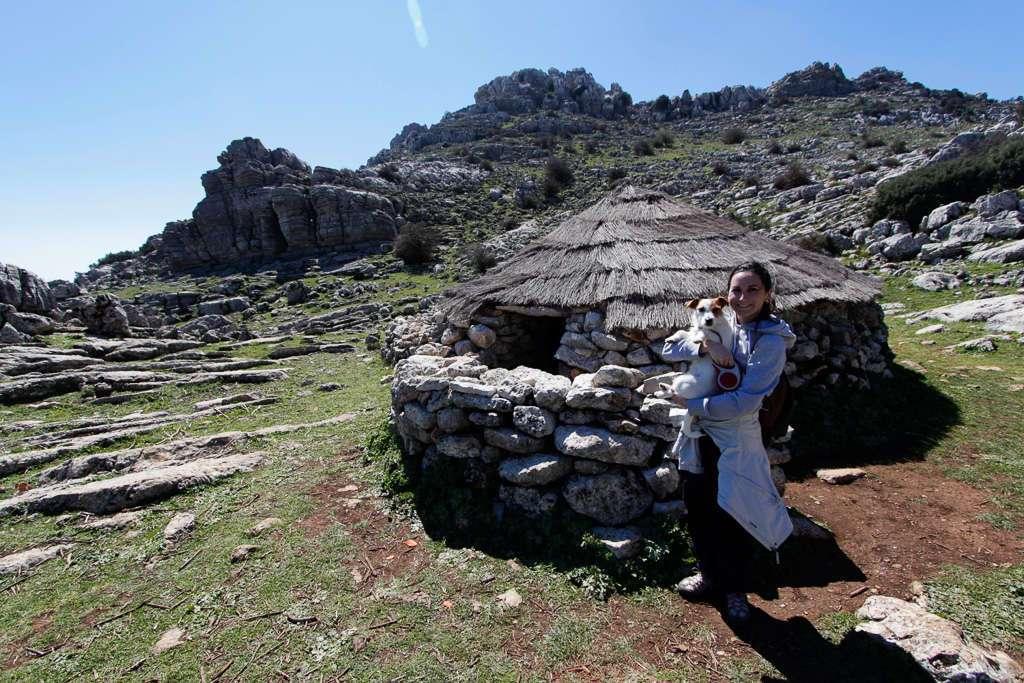 Lena y Amy frente a una cabaña en el Torcal de Antequera