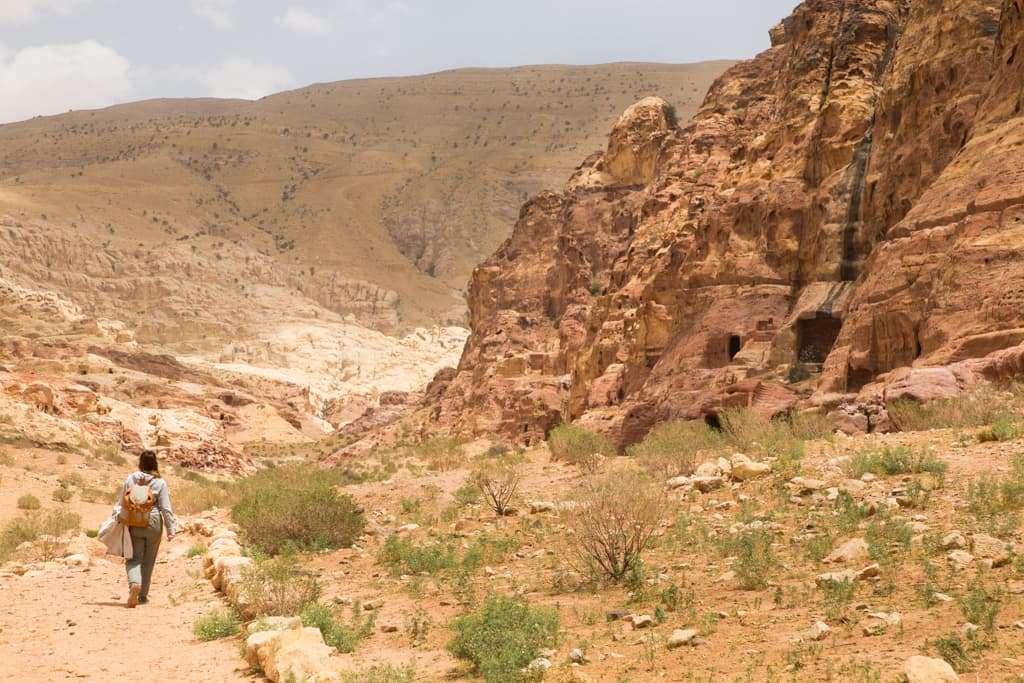 Caminando en busca de tumbas menos conocidas en Petra, Jordania