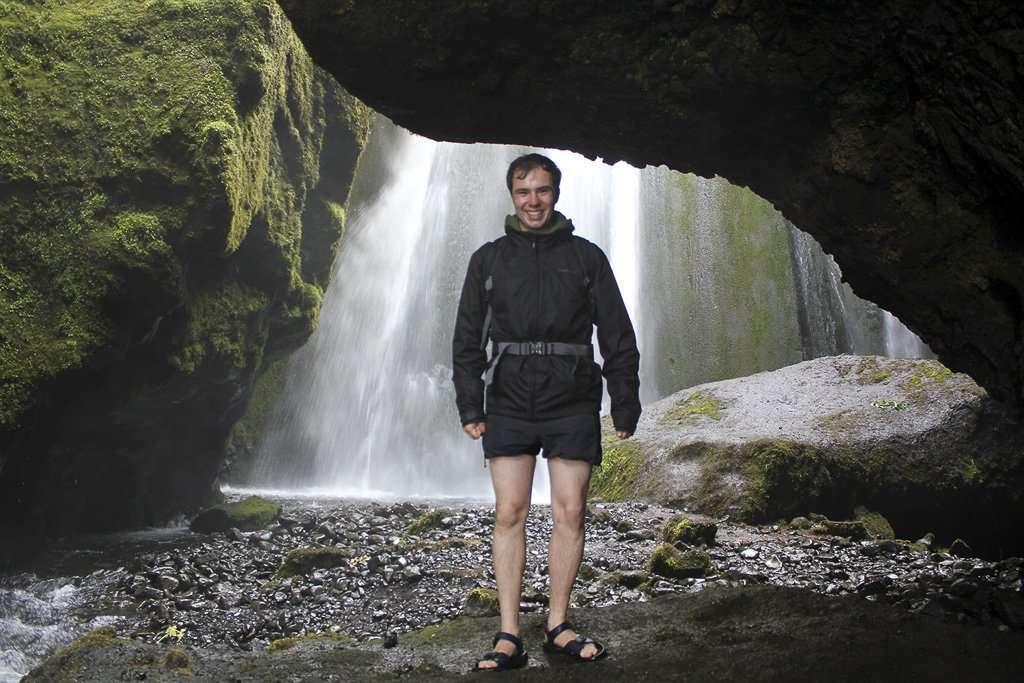 Dentro de la gruta de la cascada Gljúfurárfoss en Islandia