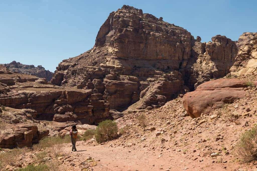 Caminando por la ruta Umm al-Biyara, Petra, Jordania