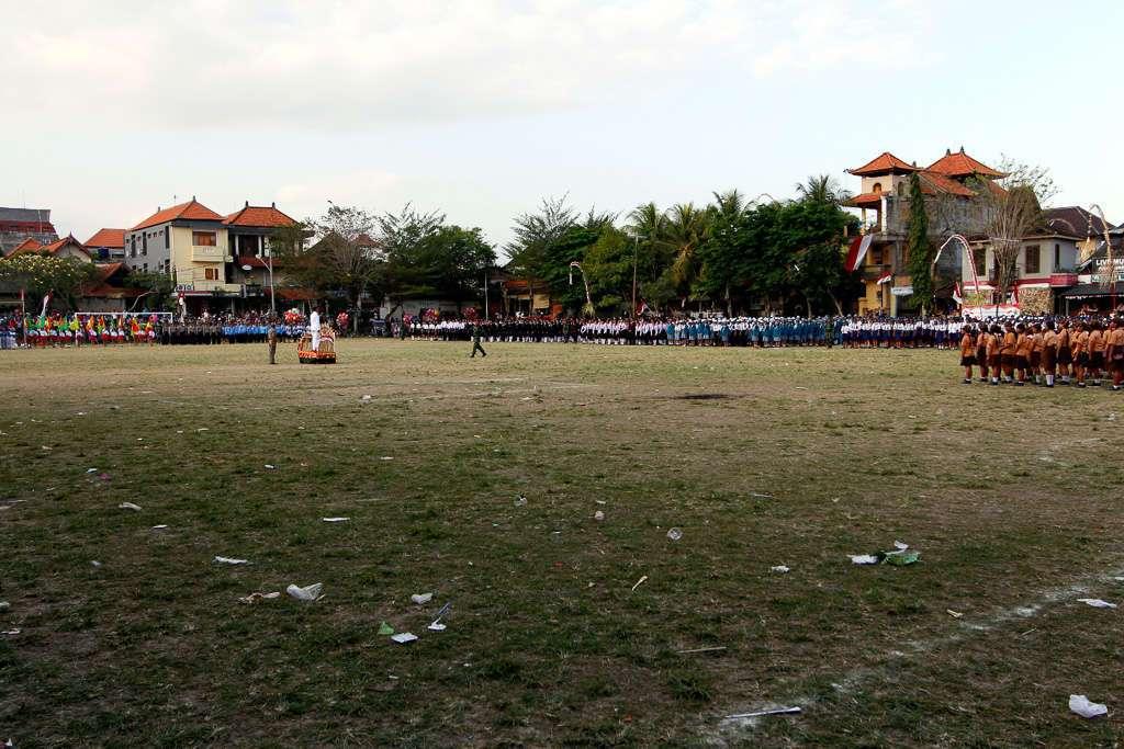 Celebración del día de la independencia en el campo de fútbol de Ubud