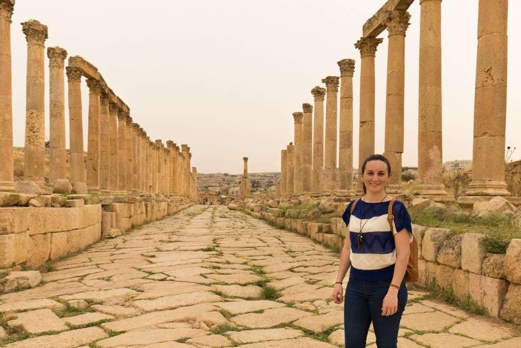Lena en el Cardo Máximo de la ciudad romana de Jerash
