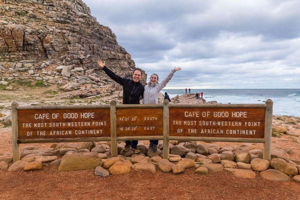 Saludando desde el cartel del Cabo de Buena Esperanza, Península del Cabo, Sudáfrica