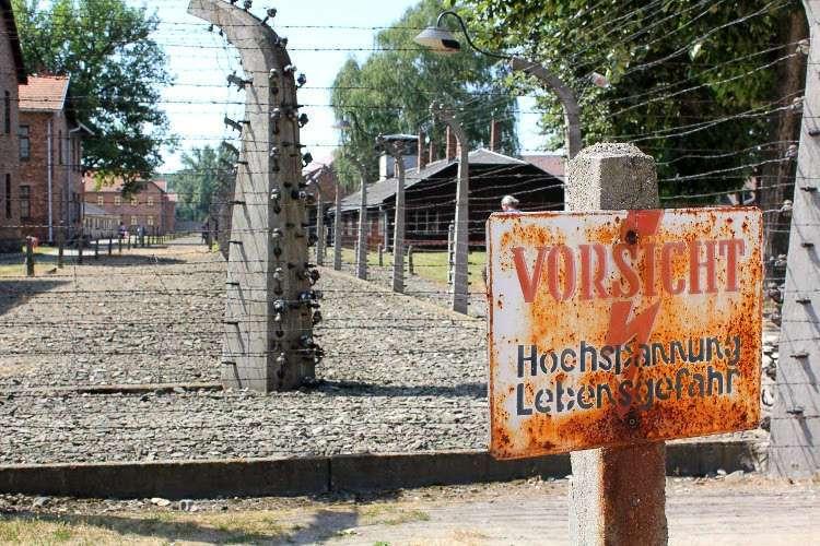 """Cartel """"Peligro, alta tensión, peligro de muerte&"""" (Campo de concentración de Auschwitz)"""