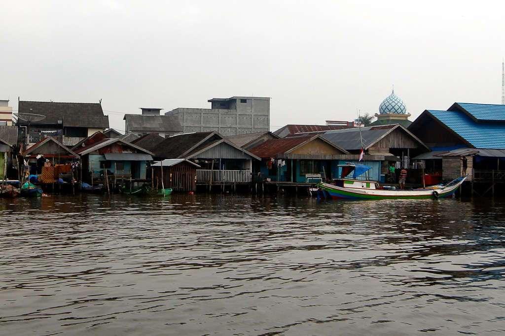 Casas de pescadores de Kumai con una mezquita al fondo
