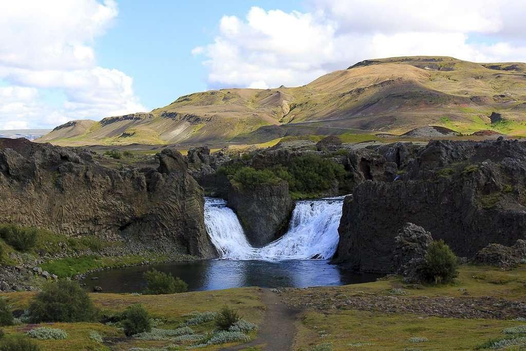 Cascada Hjálparfoss en Islandia