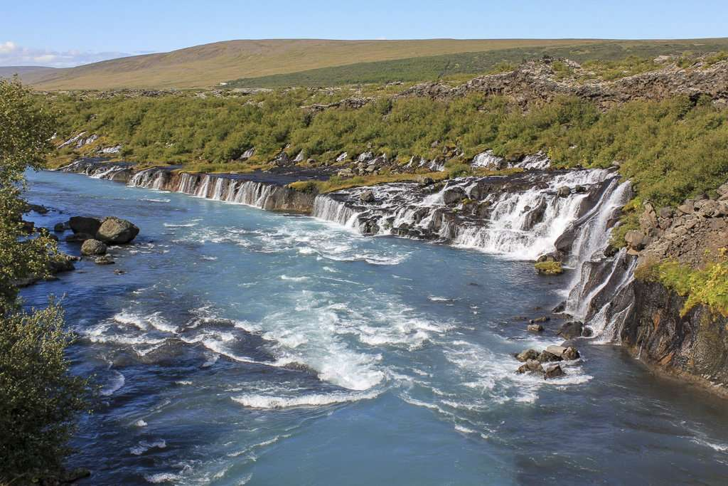 El agua brotando a través de la cascada Hraunfossar