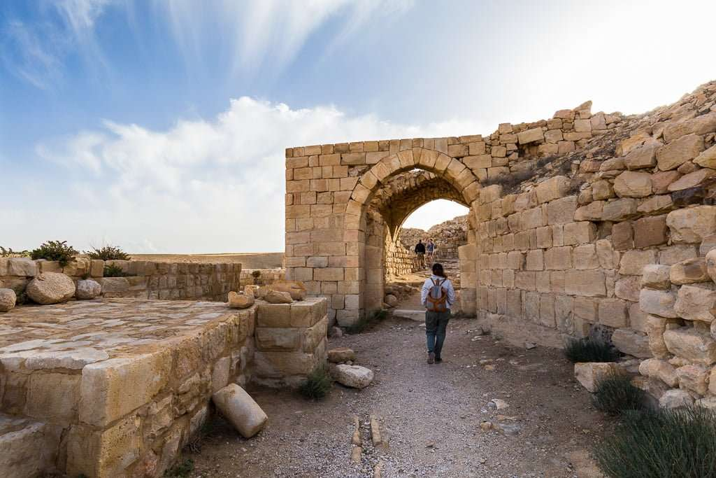 Lena paseando entre las ruinas del Castillo de Shobak, Jordania