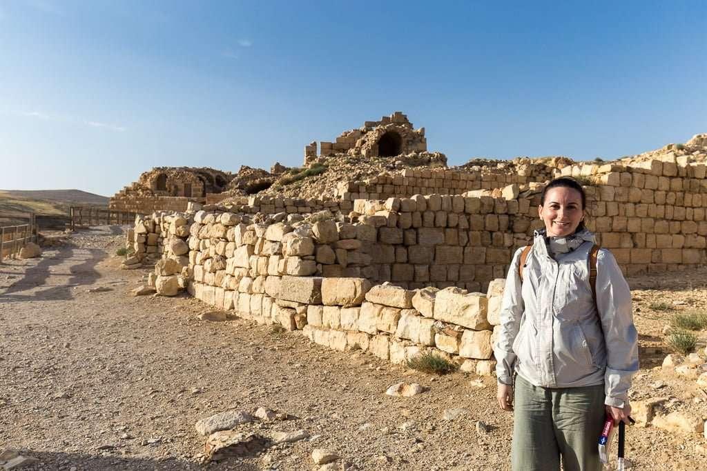 Lena frente a los restos de estancias del Castillo de Shobak, Jordania