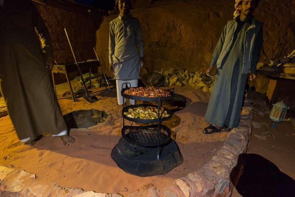 Cena típica en Wadi Rum Starlight Camo Jordania