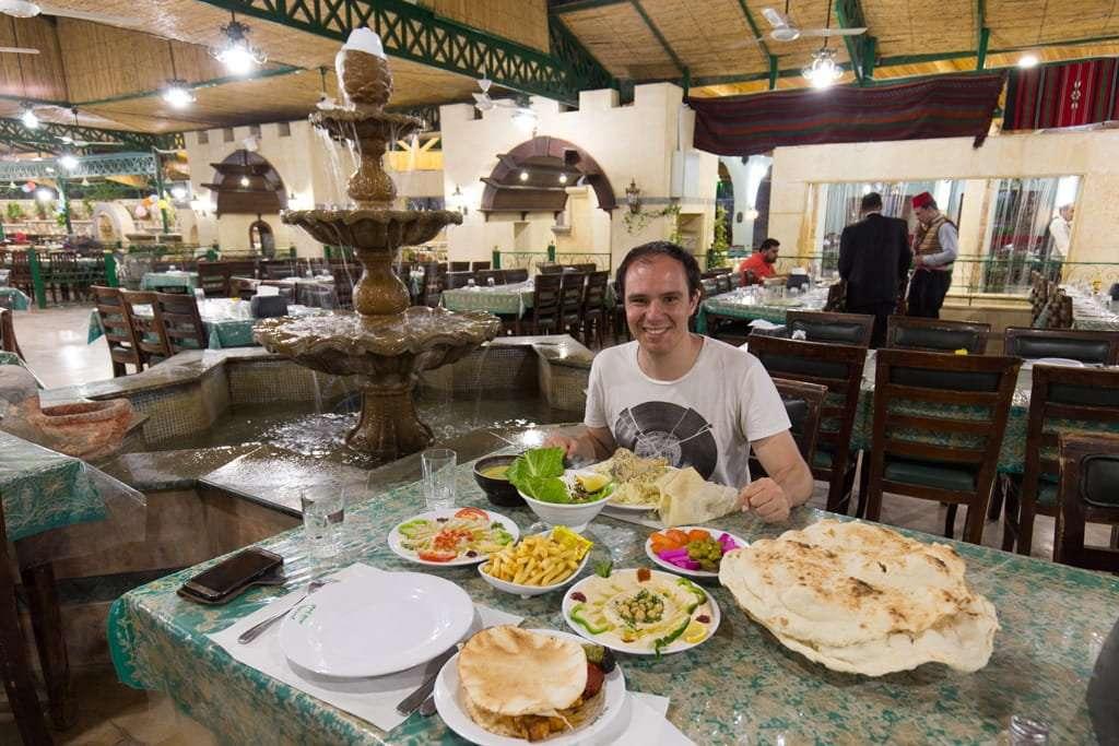 Cena en el restaurante Green Valley de Jerash, Jordania