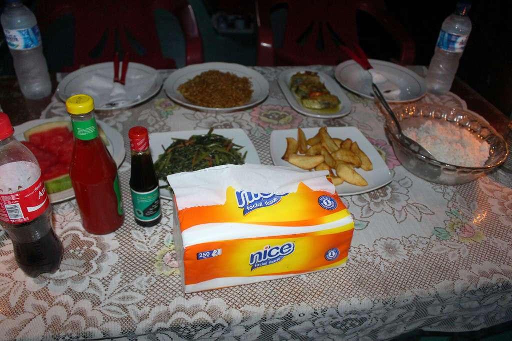 La rica cena del klotok (Selva de Borneo)