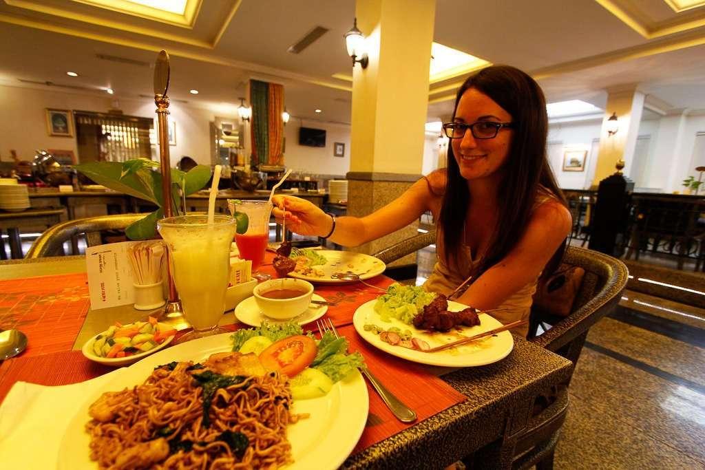 Cenando en el hotel de Semarang