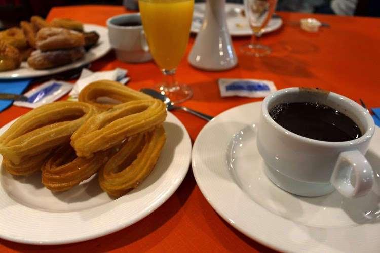 Chocolate con churros en el desayuno