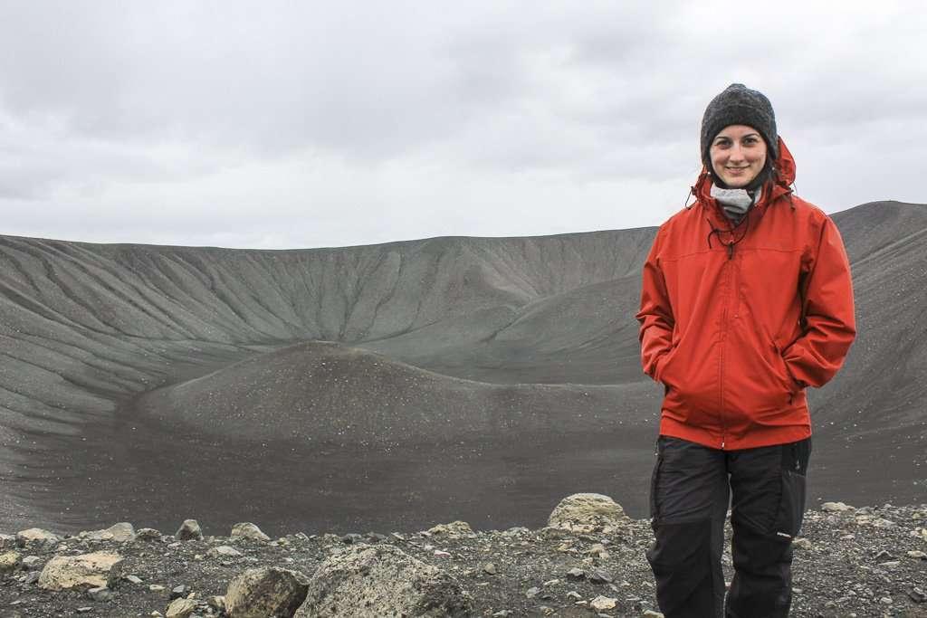 Lena en lo alto del volcán Hverfjall