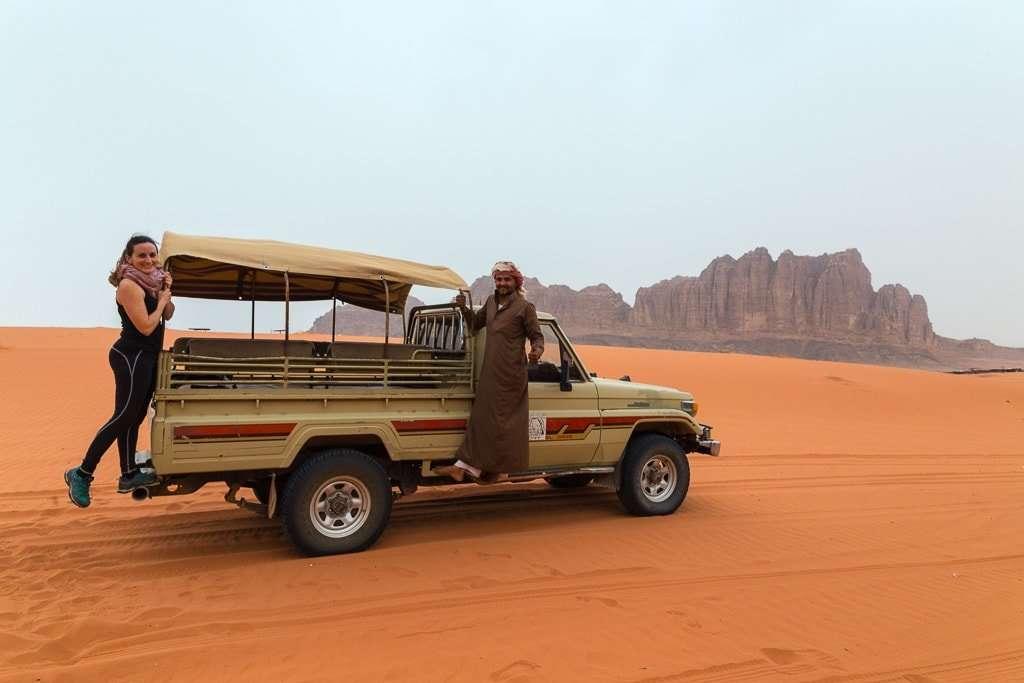 Coche 4x4 en el desierto de Wadi Rum, Jordania